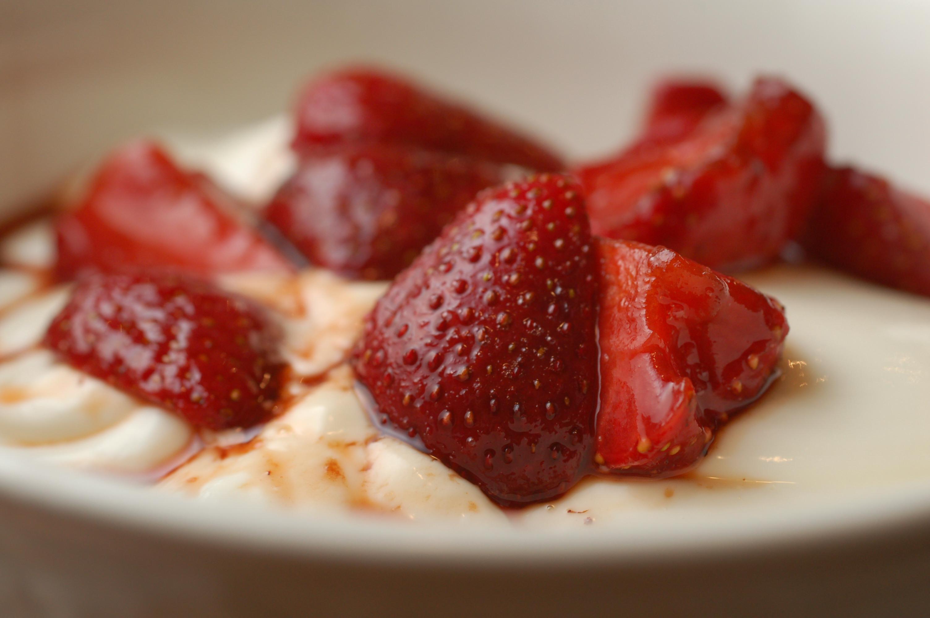kitchenography: amanda hesser's yogurt panna cotta with