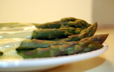 Asparagus_and_hollandaise_2
